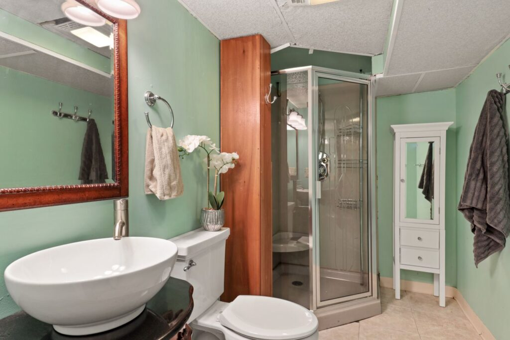 West Ridge - 2832 West Jerome Street, Chicago, IL 60645 - Bathroom